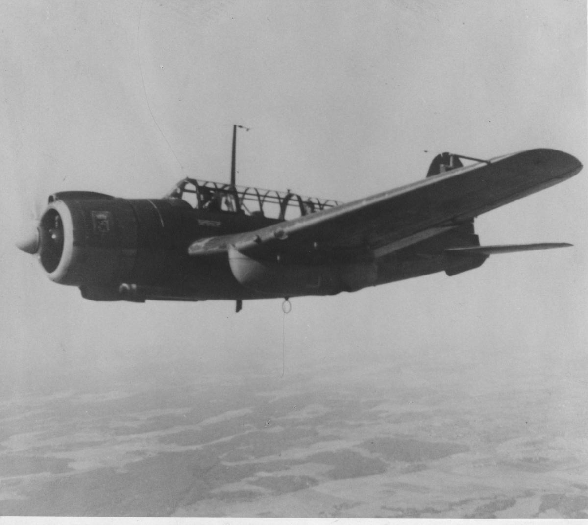 Flygplan Saab B 17 i luften. Vy från sidan.