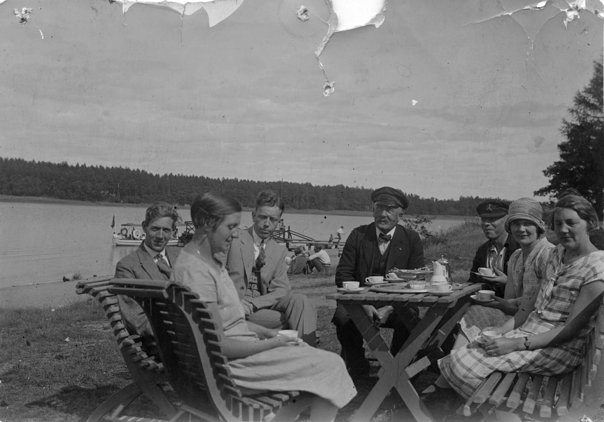 Kaffe vid Malmön.7 personer, 1920-tal.