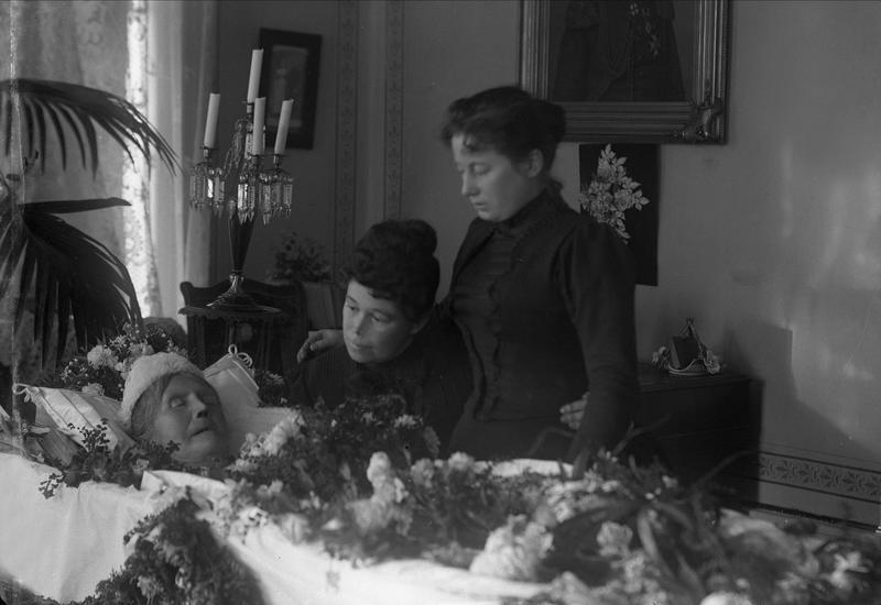 Post mortem-fotografi fra forrige århundreskifte. Et farvel med en død slektning i hjemmet.