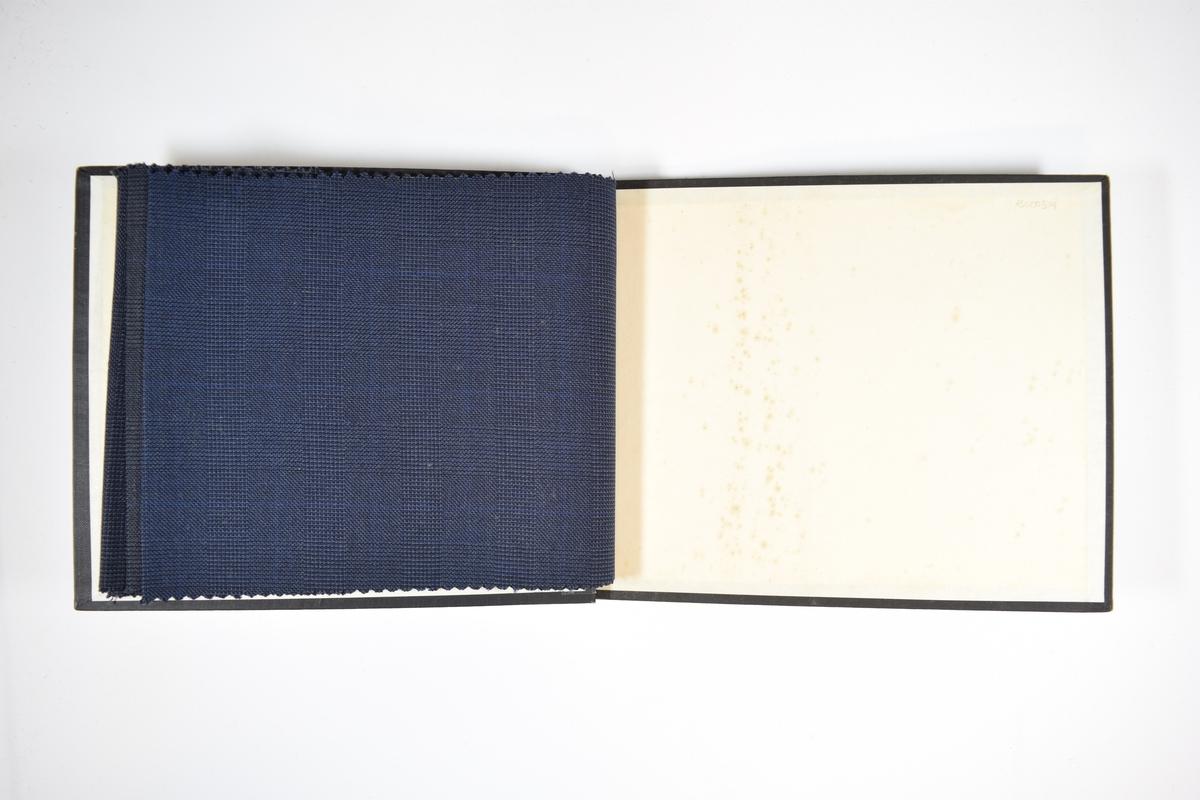 Prøvebok med 4 stoffprøver. Relativt tynne stoff med diskret rutemønster. Stoffene har trolig vært brettet dobbelt i boken slik at vranga har vært dekket (men striper er klippet ut fra stoffprøvene). Stoffene er merket med en firkantet papirlapp, festet til stoffet med metallstifter, hvor nummer på påført for hånd.   Stoff nr.: 766/75, 766/76, 766/77, 766/78.