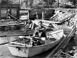 """Båt for varping av tømmer, """"Tjor"""", ved Kolstadfoss i Setskog"""