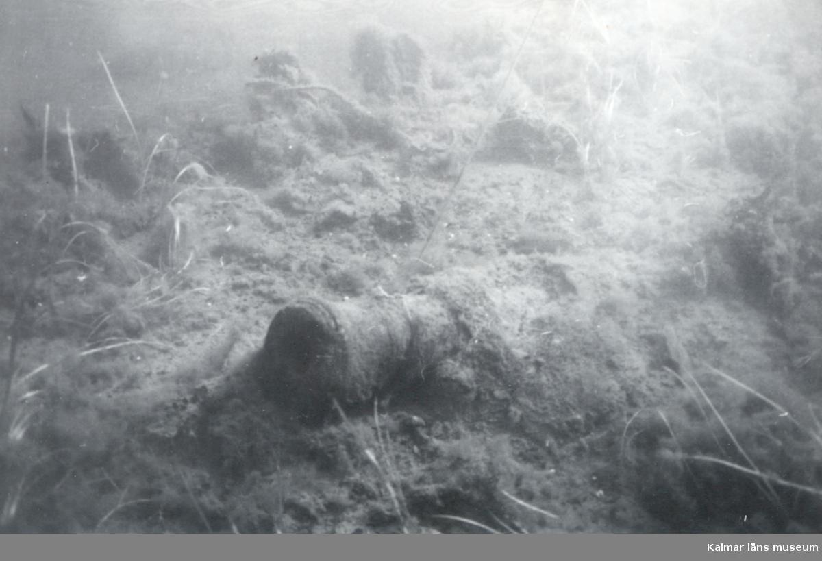 """""""Dansken"""" Framkanon babord. Däck spant längst bak.Kaliber 7,5 cm. Approximativ längd 1,50."""