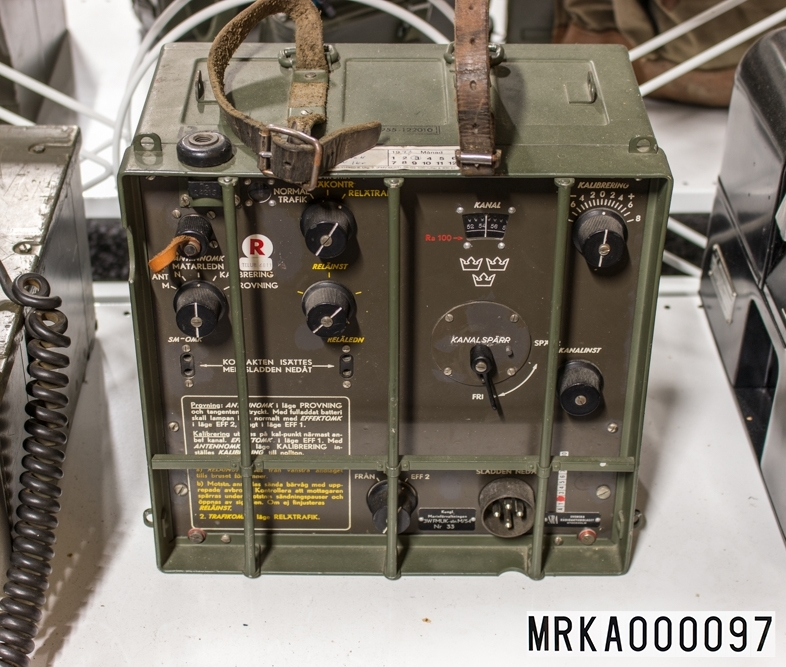 Allmänt: Stationen bestod av en sändtagare avsedd att bäras på ryggen med handmikrotelefon och två antenner.  Data: Frekvensområde: 47,0 – 57,0 MHz Kanalseparation: 180 kHz, senare 90 kHz Sändareffekt: 0,6 W alt 3 W Modulationsslag: FM Transmissionstyp: Simplex, telefoni Kanalantal: 101 kanaler Antenner: Marschantenn 1,25 m, normalantenn 3,25 m eller högantenn på antennmast Räckvidd: Med marschantenn = 5 km                Med normalantenn = 12 km                Med högantenn utökad räckvidd Kraftförsörjning: 7,2 V likspänning från tre NIFE-ackar i låda under stationen                           För fast montering fanns nätaggregat. Drifttid: C:a 12 timmar per ack-låda