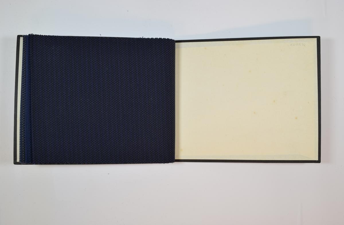 Prøvebok med 6 stoffprøver. Tynne stoffer i blå fargetoner, enten monokrome eller vevd med to eller tre farger.  Stoffprøpvene ligger brettet dobbelt i boken slik at vranga dekkes. En firkantet papirlapp hvor nummer er påskrevet med penn er festet til stoffet med metallstifter.   Stoff nr.: 864/24, 864/25, 864/26, 864/27, 864/28, 864/29.
