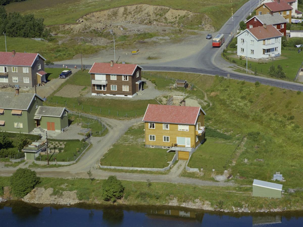 B. Lundgaards gate, Vingnes. I bakgrunnen krysset Birivegen og Jørstadmovegen. Det gule huset er B. Lundgaards gate 28, mens det brune er B. Lundgaards gate 23. Ringbussen kjører bort Stavnesvegen. Kulturlandskap, bygninger
