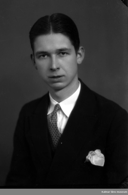 Ateljébild. Enligt Walter Olsons journal är bilden beställd av Gust. Lindholm.