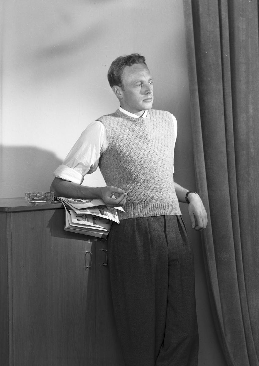 Ferdinand Sjöbergs garn. Manlig modell visar stickad pullover med garn från Sjöbergs