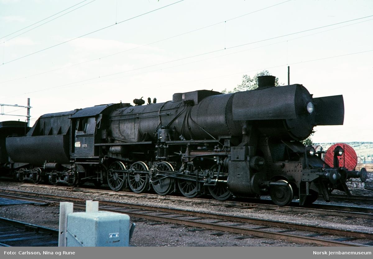 """Damplokomotiv type 63a nr. 5573 """"stortysker"""" på Gjøvik stasjon"""