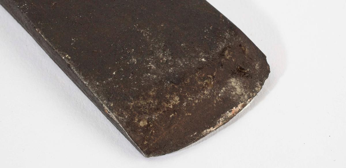 """NTM: """"Fra snekkerverkstedet i Kongsberg. Til å hugge hull i en stokk med."""" Hodet er 51,5 cm langt og 4,3 cm høyt. På hodet er det stempla inn ei stilisert krone. Jf. BVM 3909."""