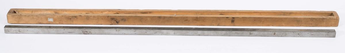 """NTM: """"Fra Sølvverkets gamle samling. Dette er en gammel fotprototyp - alenprototyp -. Den er på 3 fot."""" Fotprototypen ligger i et åpent etui av tre. 103,8x4,4x3,4 cm."""