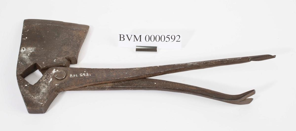 Dette er et tidlig multiverktøy eller universalredskap. I tillegg til øks kunne det også brukes som hammer, tang, brekkjern/kubein og naver.