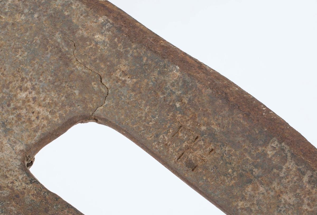 Blant annet til å telje stokker. På hodet er det stemplet inn: H O (mulig tegnet for jern) V. I tillegg bokstavene TH samt et siste stempel som muligens er A G og korslagt hammer og bergsjern.