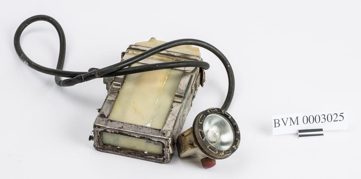 """BATTERIDREVET HODELAMPE (BATTERI, LEDNING OG LYKT). MERKE """"DOMINIT"""", TYPE MK10, 3,8 V. 1,5 A."""