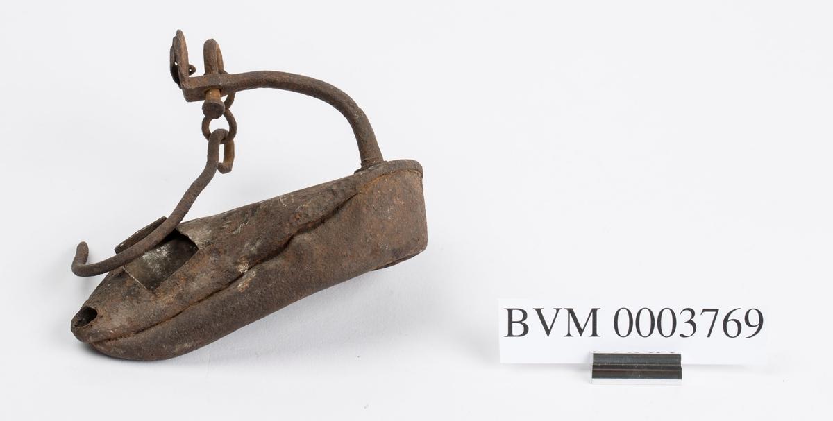 Fra Slighusloftet. Lampe med bøyle og krok. Svært bulkete.