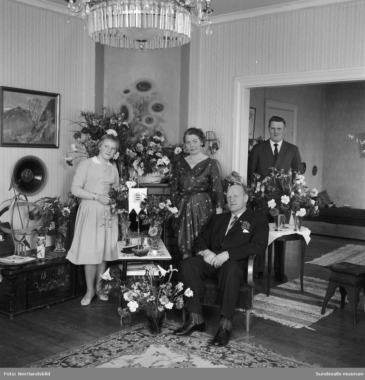 Brottaren John Nyman fotograferas i samband med sin 50-årsdag tillsammans med fru, barn och barnbarn (?).