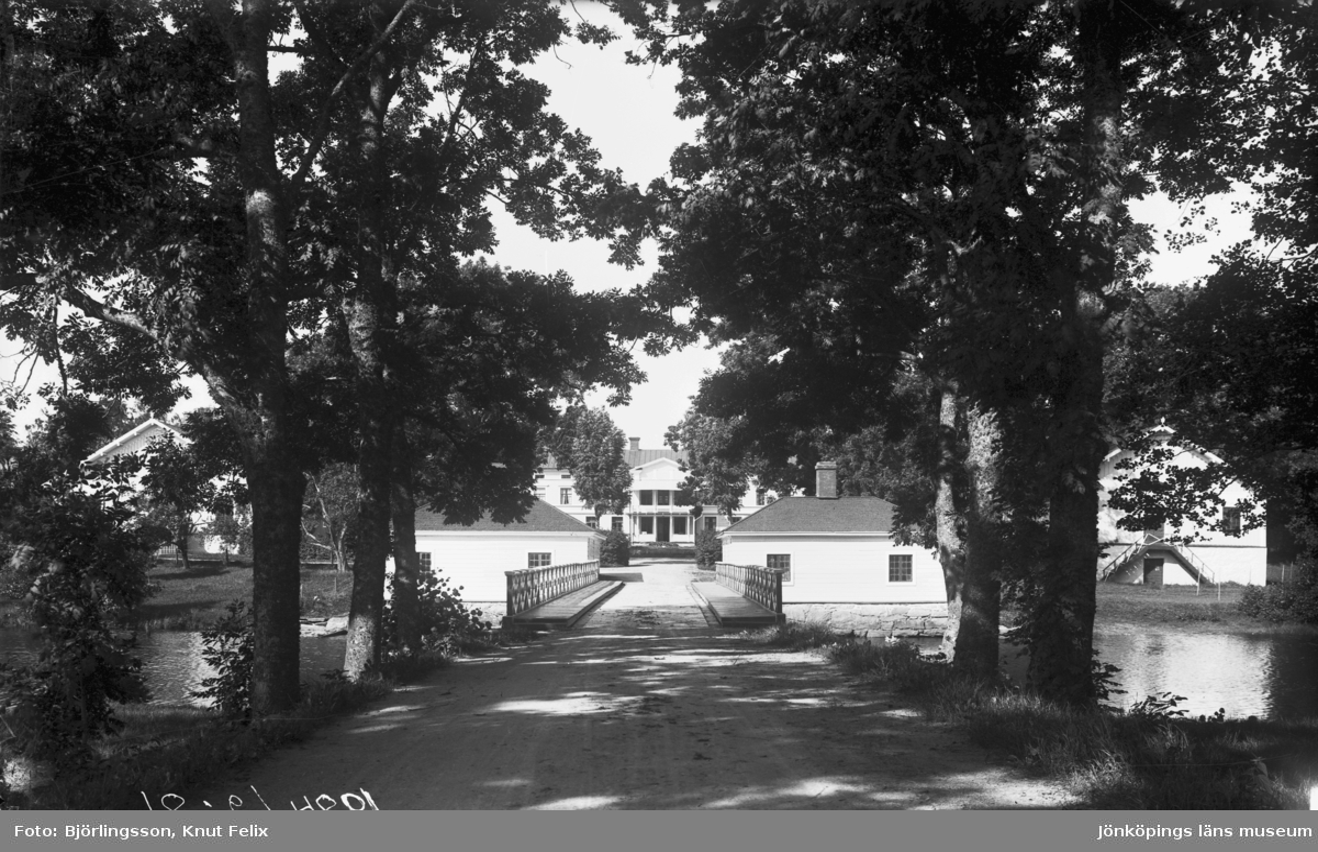 En allékantad väg leder fram till Eds Herrgård i Bor utanför Värnamo.