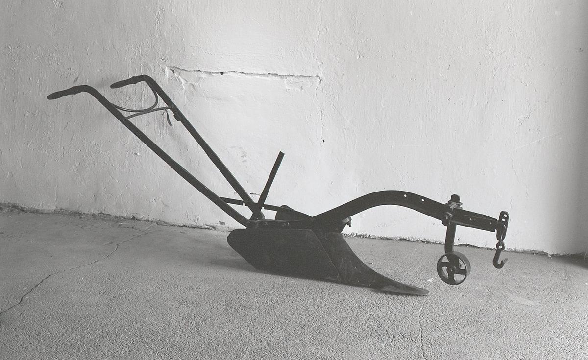 Form: Åsen har T-formet tverrsnitt. Bredt bladformet skjær. Dybdehjul foran.