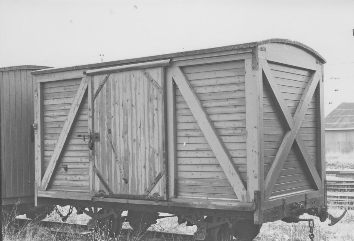 Museumsbanen Urskog-Hølandsbanens godsvogn G 13 på Sørumsand Verksteds område på Sørumsand stasjon.