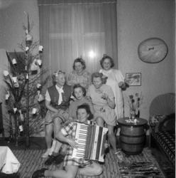 Humoristisk julgransplundring med sex glada damer i en syjun