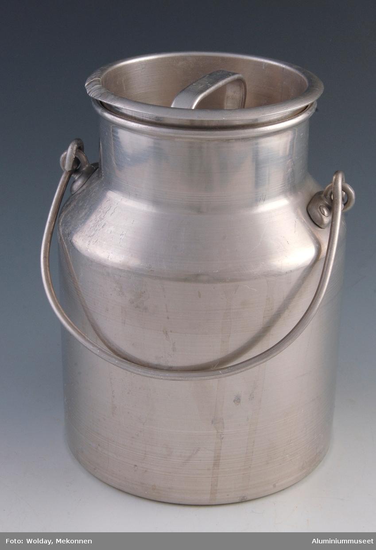 Teknikk: Spannet er presset i tre trekk i mellomstore presser (M.nr. 101 - 102). Bryst med hals og fals er håndtrykket på deledor. Spannet  er utvendig polert og lokket for naglehull. Bøyleørene er påklinket. Lokket er presset i ett trekk og renskåret. Bøylehanken til spannet er fremstilt av Al-tråd som er formet i håndgigger. Håndtaket på lokket er laget av et Al-profil som er stanset og bøyd i eksenterpresse. Bøyleørene er kokillestøpt og klinket på spannhalsen. Form: Vanlig spannform med hals