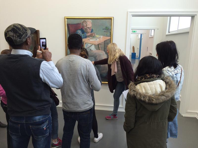 Besøkende fra Enhet for voksenopplæring får omvisning av kunstformidler Siri Mørck.