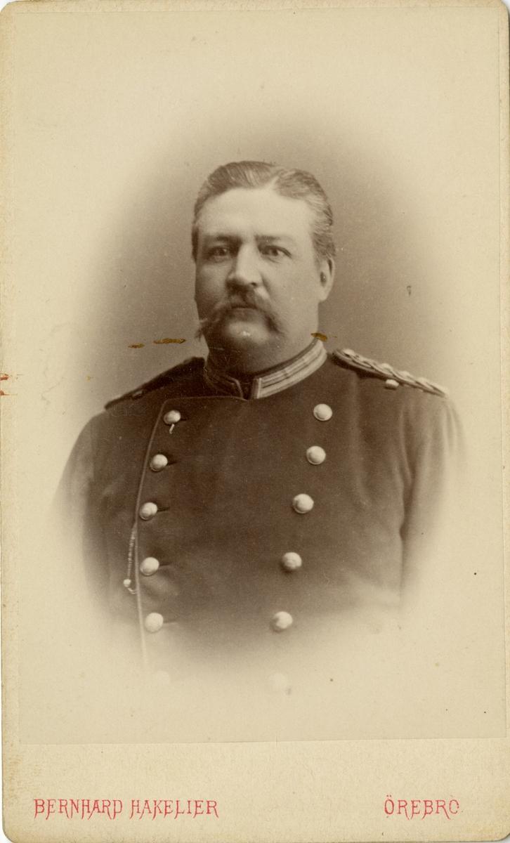 Porträtt av Johan (John) Gustaf Philip Marc Jennings, officer vid Upplands regemente I 8.  Se även bild AMA.0009557 och AMA.0009573.