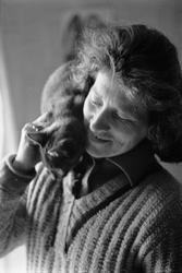 Clary Huldt med katt på axeln, Riala, april 1967
