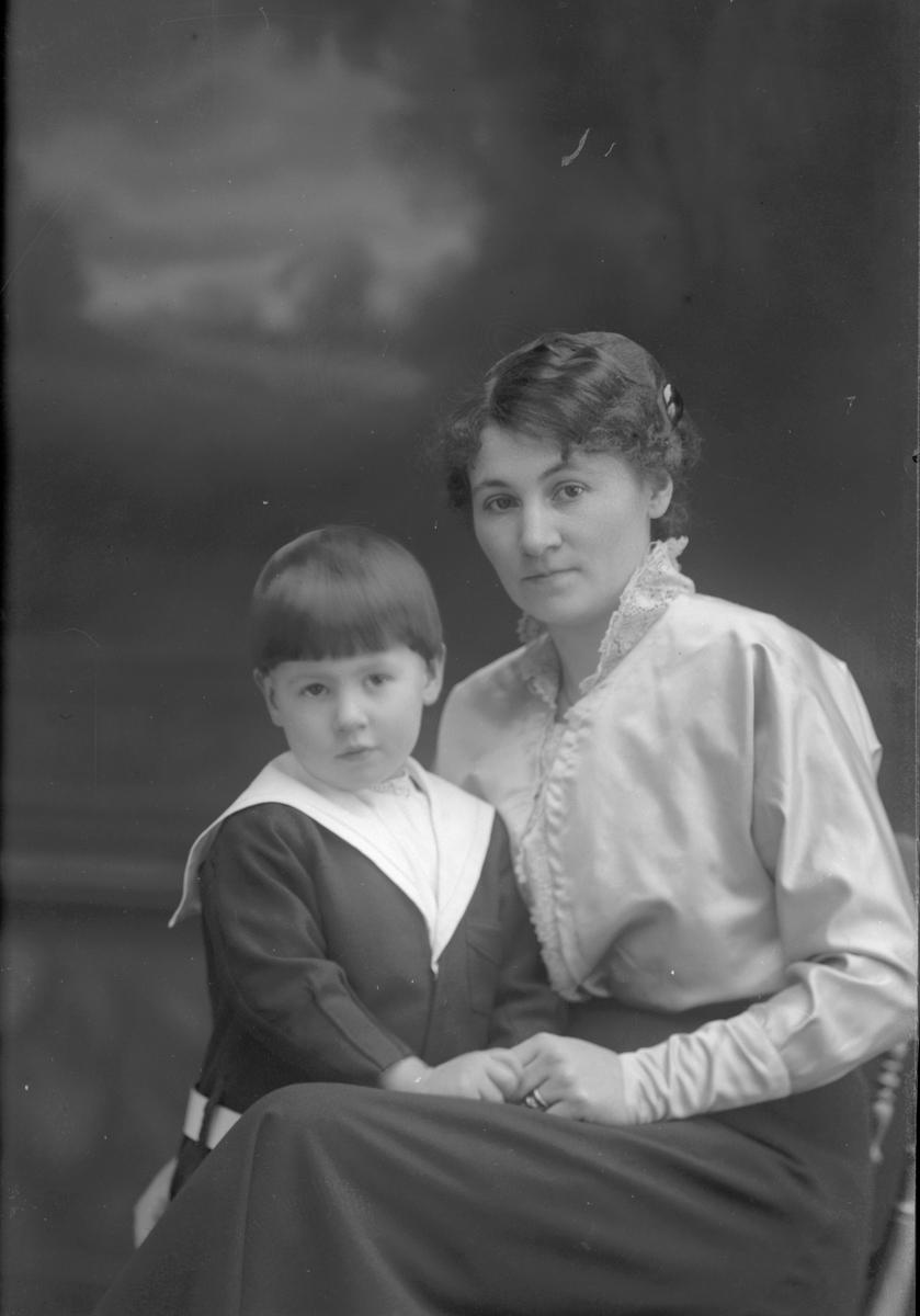 Elsa Ekström med sonen Sture