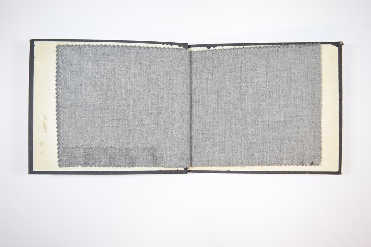 Rektangulær prøvebok med åtte stoffprøver og harde permer. Permene er laget av hard kartong og er trukket med sort tynn tekstil. Boken inneholder tynne, men tette, melerte stoff, noen av dem med ulike typer striper. Kyperbinding/diagonalvev. Det er trolig variasjoner gråtoner, i tillegg til stripemønsterene boken skal vise. Ingen av stoffene er brettet dobbelt i boken og formatet er noe mindre enn normalen. Det første stoffet er merket med en rund papirlapp, festet til stoffet med metallstifter, hvor nummer er påført for hånd og angir nummer for alle stoffene i boken.   Stoff nr.: 4300/1, 4300/2, 4300/3, 4300/4, 4300/5, 4300/6, 4300/7, 4300/8.