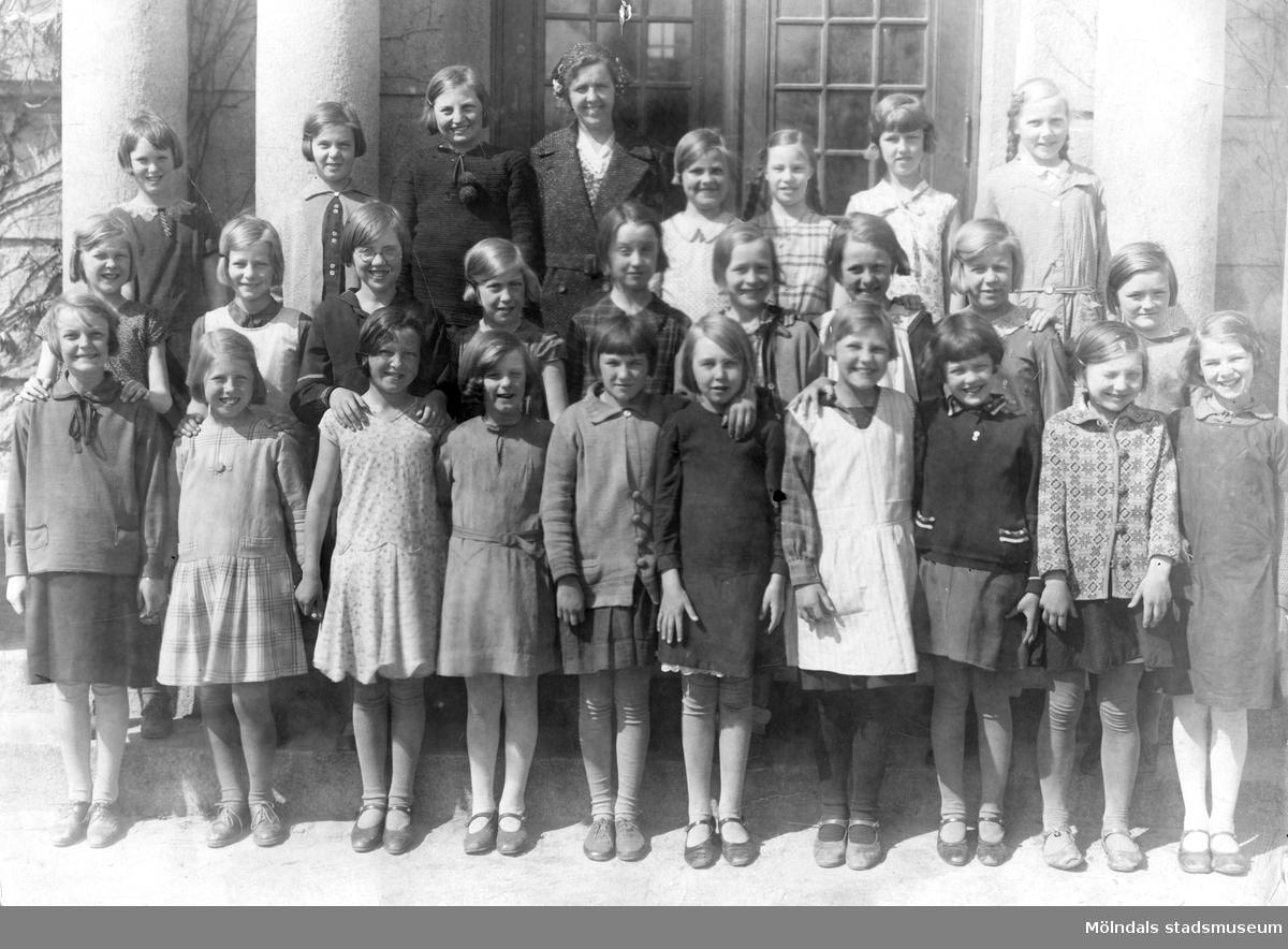 Klassfoto från Kvanbyskolan. Stina står 4.a från höger på andra raden.