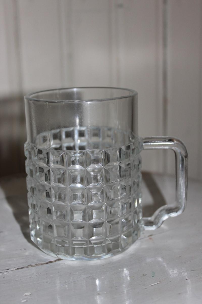Ölglas med öra. Dekor i form av kuber runtom.