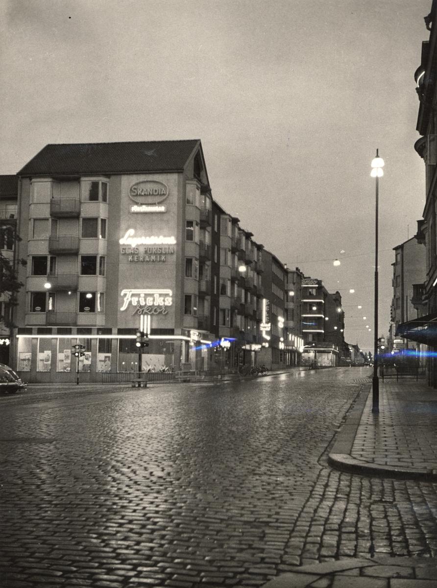 Orig. text: S:t Larsgatan.Sedd söderut från korsningen med Borgmästaregatan.