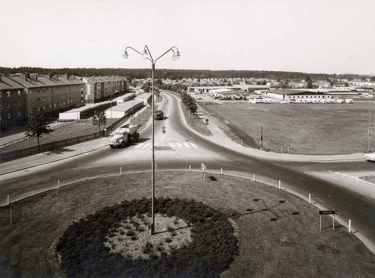 Orig. text: Industrigatan 1970 före ombyggnad.Bergsrondellen i fronten, sedd västerut.