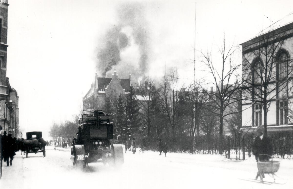Linnéskolan brinner.En förhärjande eldsvåda i Linnéskolan i Linköping. Vindsvåningen svårt spolierad. Ett svårt och farligt eldsläckningsarbete. Reservkåren och en pluton från I 4 måste tillkallas. All eldsläckningsmateriel i bruk.Skolan byggdes 1896-98. 1983 blev skolan vårdgymnasium och fick namnet Birgittaskolan. Branden utbröt på skolans vind den 22 feb. 1923. Efter branden fick skolan nytt utseende.