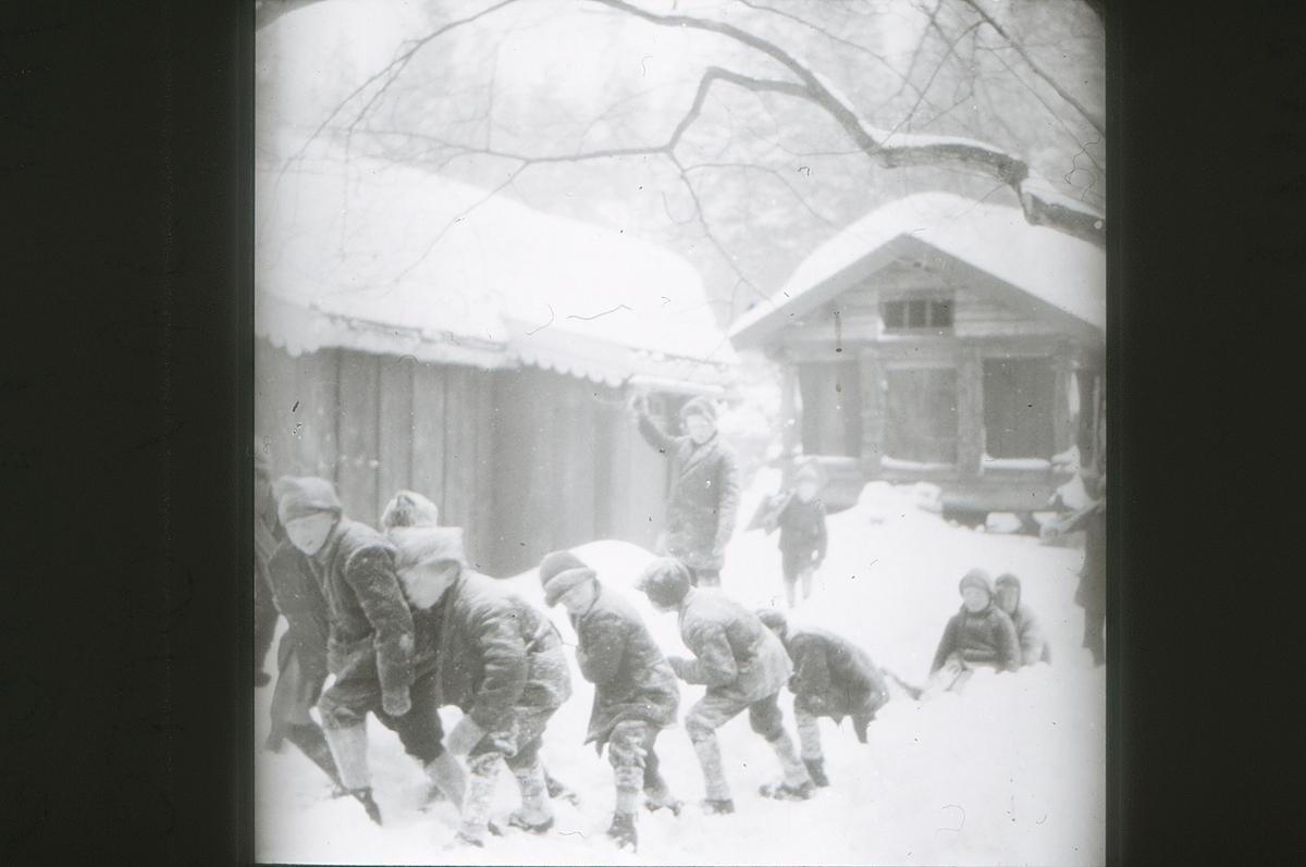 Friluftsskolegutter leker i snøen på Asker Museum.