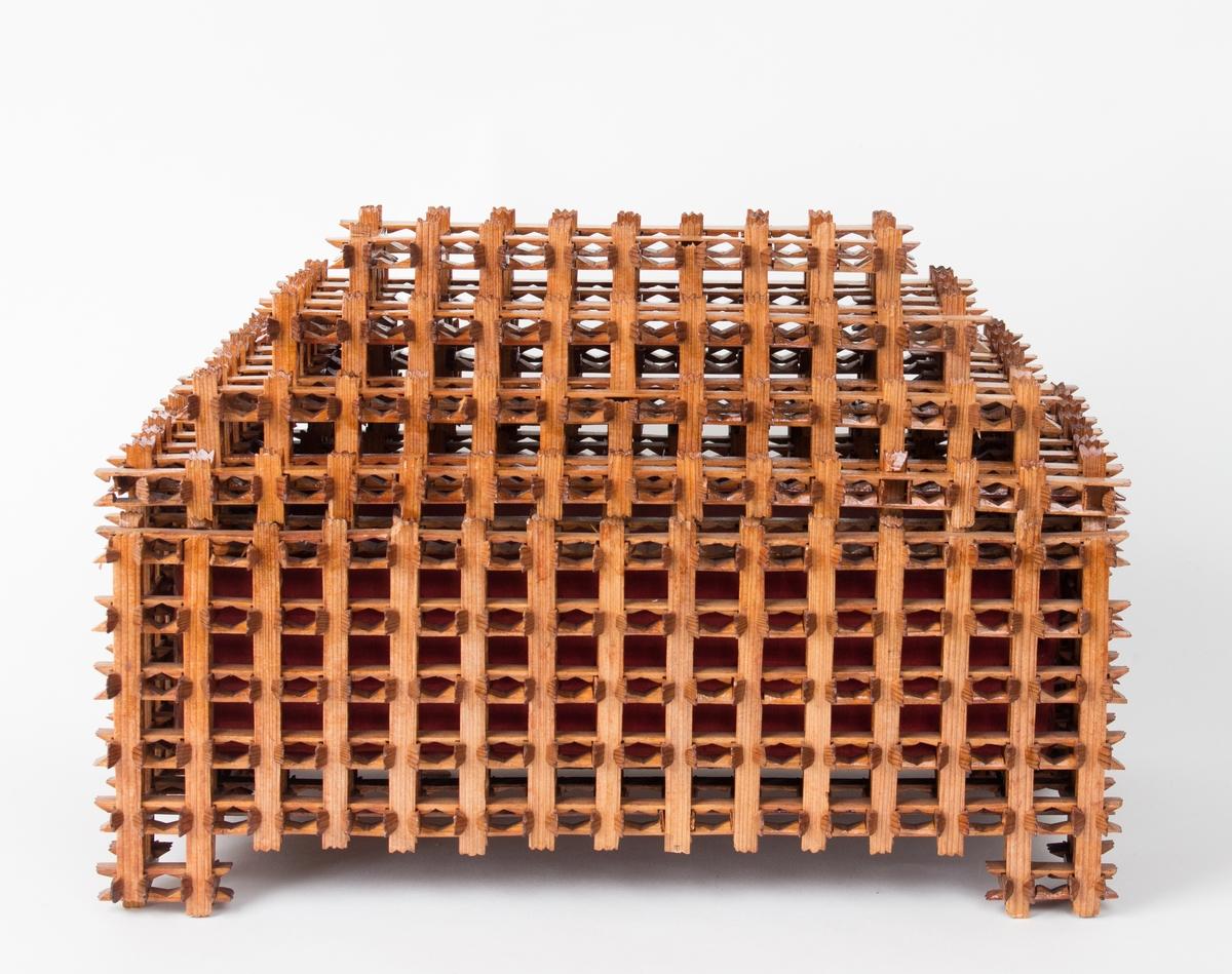 Skrin med løst lokk laget av tobakkspinner, foret innvendig med rødt silkestoff.