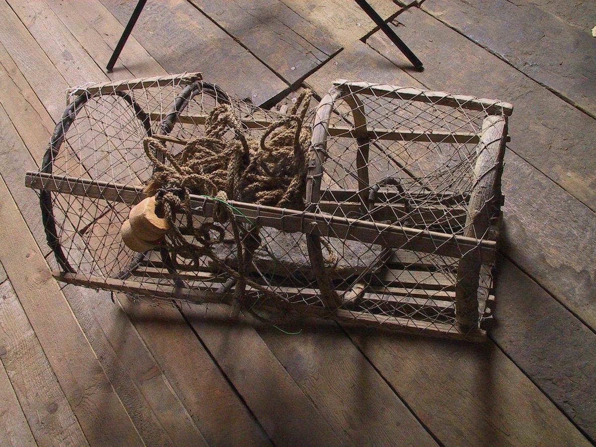 Teine bygget på gjurer (einer, rogn, ?) bundet sammen av 6 stk.spiler samt bunn av 5 spiler. To endekalver, åpning gjennom kalvring av tre, ca. 9 cm. Garntrekket av bomullsnot, går ned til bunnen på begge sider. Lokk mangler. I bunnen på teina er bundet fast en stein som søkke. Til en av teinas spiler er bundet fast et vel 19 meter langt tau som ile.