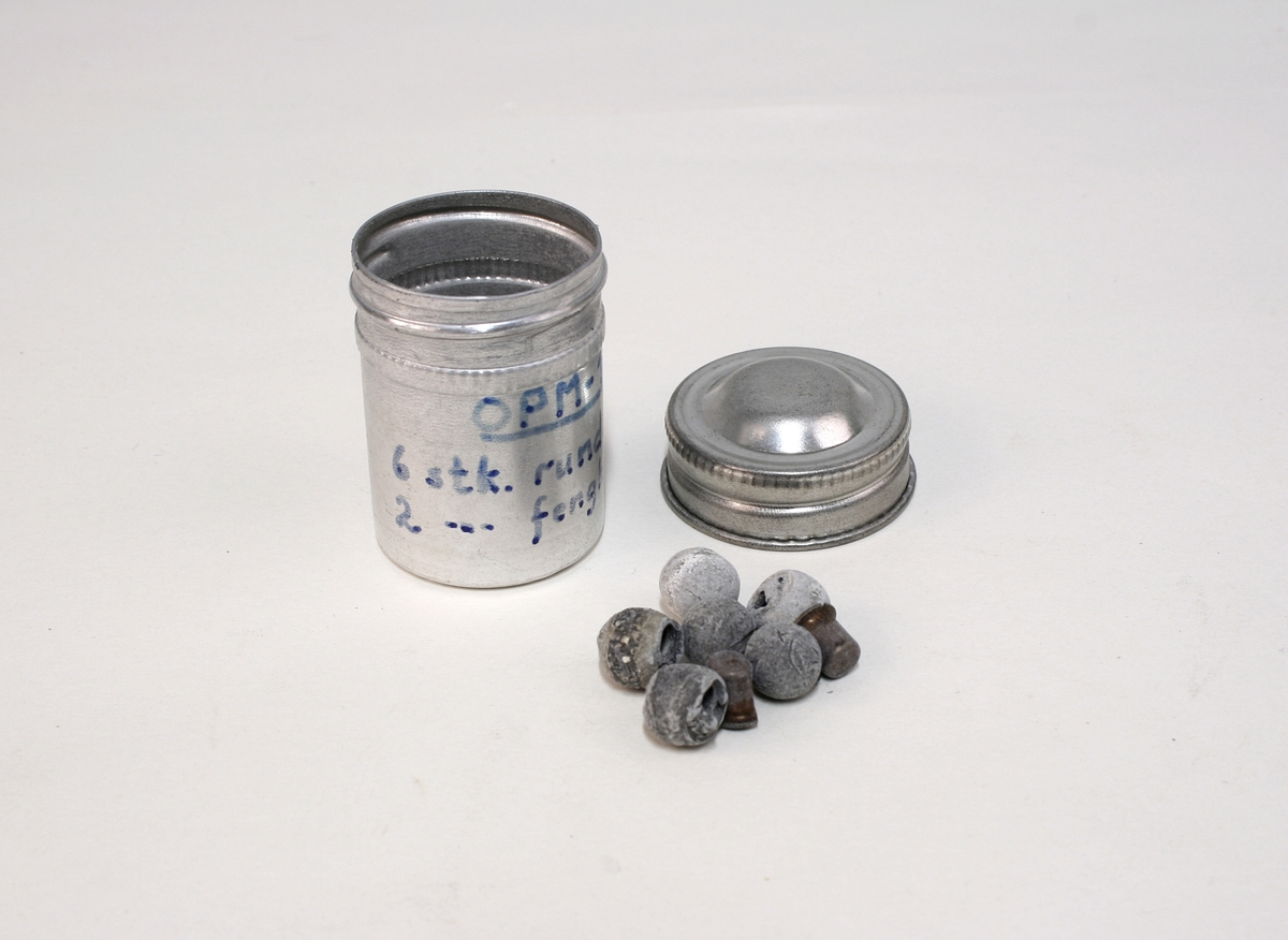 """Revolver i """"cased set"""", bestående av revolver (Pepperbox), en enkeltløpet perkusjonspistol samt diverse verktøy, alt liggende i mahognykasse. Bestandelene er følgende:   KASSE av mahogny, 36,6 x 18,6 x 6,6, cm og er forsynt med lokk som har to mesinghengsler i bakkant. På forsiden er det lås med medding nøkkelhullbeslag på forsiden. Nøkkel av jern, ca. 2,9 cm lang. Midt på lokket er det et rundt messingskilt med profilert kant. Skiltets diameter er 3,8 cm. Kassen er indelt i 11 rom hvorav tre er forsynt med lokk med små, hvite gripehåndtak, runde, knappformede med diameter 1,05 cm. Alle rom er trukket med grønn filt. På lokkets innside er klebet produssentens merkelapp.  REVOLVER. Såkalt """"Pepperboks"""". Et revolverende kammerstykke hvor hver kammer utgjør en selvstendig pipe, en forløper for de senere revolveremed kort tønne og langt løp. Kammerstykket (tønne) er 10 cm langt, hver løp har et kaliber på litt underkant av 10 mm. I bakkant er pipene forsaynt med pistong. På utsiden er pipene ca, 1,2 cm fra pistongene, merket fortløpende med nummer 1 - 6 . Mellom pipene er kammerstykket merket vekselsvis med kronet CP og V. Revolveren har overliggendeslaghane med gravert blomsterranke motiver. Bakenfor hanen er det en bevegelig sikringsfløy. Sideblikkene er prydet med graverte blomsterranker,det venstre sideblikket er markert """"W.A. BECHWITH LONDON"""". Avtrekksbøylen er prydet med blomsterranke motiver. Grepsplater av mørkebrunt tre som er filt i rombemønster. Kolbekappen et oval og svakt buet , er kantet med en smal bord og har i midten et gravert, rundt lokk innenfor hvilket er et lite rom for kuler og fenghetter. Grepet har et lite firkantetntommeskilt med brutte hjørner. Alle beslag er av stål.   PISTOL. Enkeltløpet, total lengde 13,2 cm. Pipen har et kaliber som revolveren. Pipen er 5,4 cm lang og er stemplet med kronet CP og V. Slaghanene står midt oppå pistolen, stikkende opp mellom sideblikkene. Hanen har skjellmønstret dekor og er forsynt med et par øyne. Når hanen """