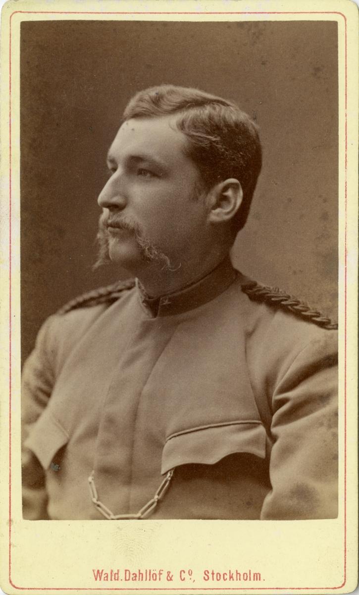 Porträtt av Carl Eduard Alexander Kinell, underlöjtnant vid Fortifikationen. Se även bild AMA.0007798.