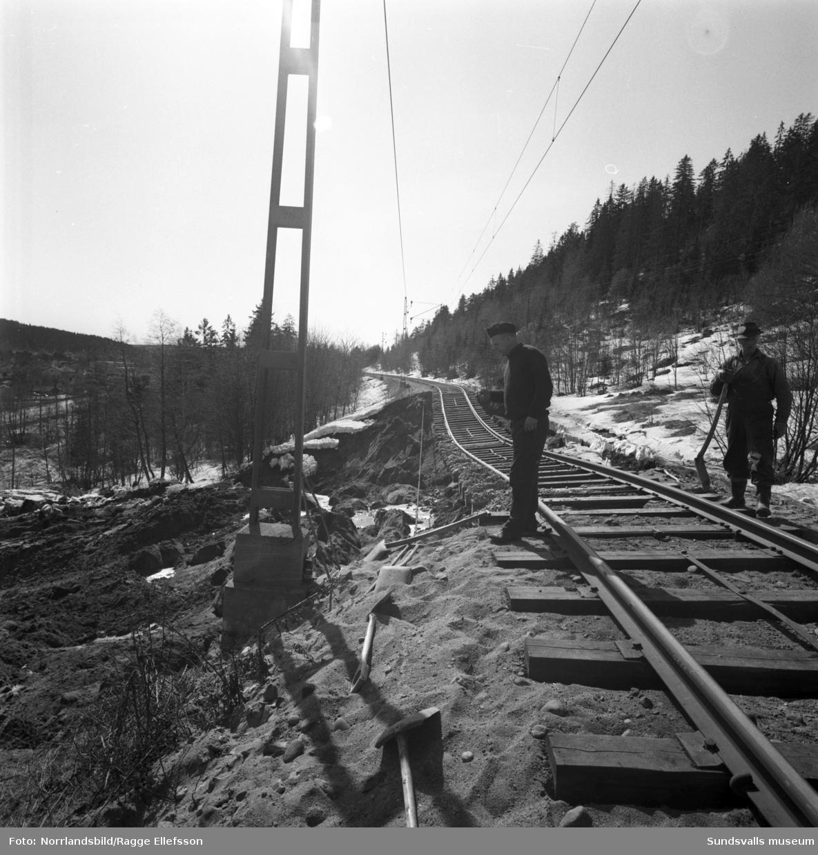 Banvallen i Svartvik hade efter den snörika vintern 1966 underminerats av snösmältningen och till slut rasat. Rälsen hängde i luften och som tur var så hann nattåget precis passera innan det stora raset. Lokföraren Kurt Gösta Johansson och hans biträde Erik Berndtsson berättade att de precis efter en kurva hann se vad som var på väg att hända, men att det var för sent att stanna tåget. Det enda de kunde göra vara att fortsätta i full fart och hoppas på det bästa och som tur var så gick det vägen. Jordmassorna som gled vidare ner mot dåvarande E4 begravde en trädgård och bromsades sedan upp mot väggen till Evert och Kajsa Molanders hus där en glasveranda fullständigt krossades.