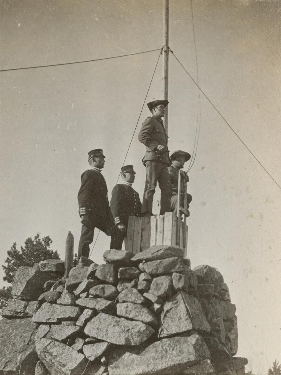 Soldater från Göta livgarde I 2 vid en vaktpost på berget.