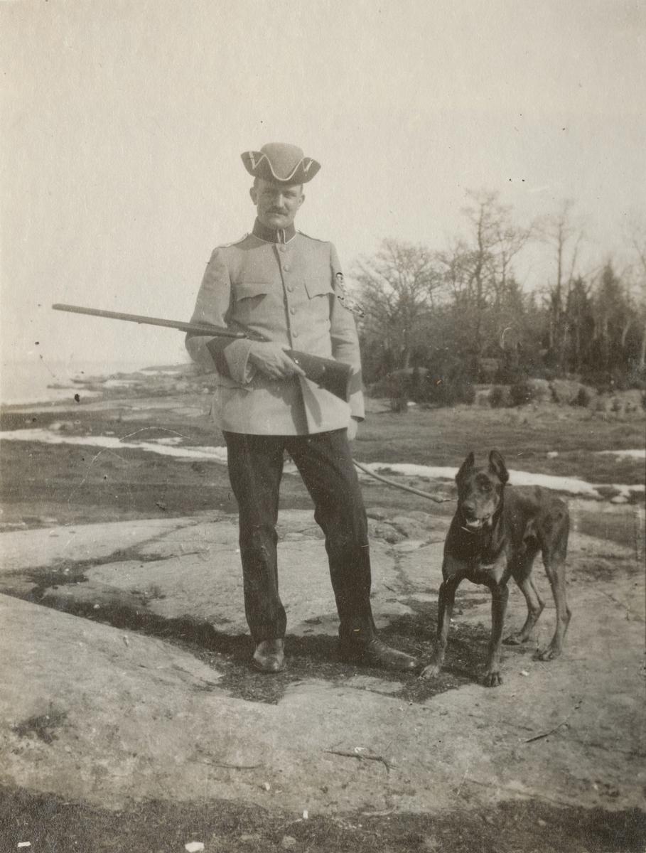 En officerare med sin hund.