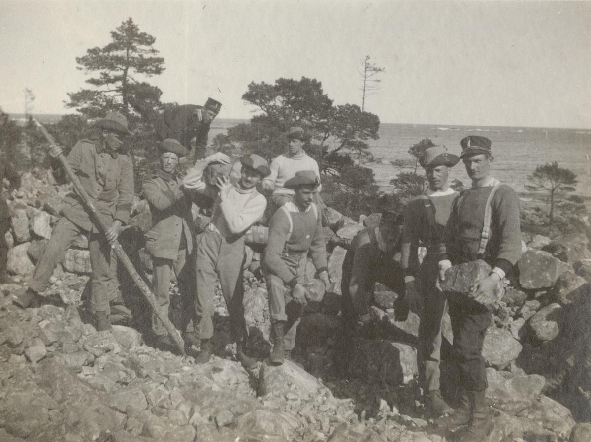 Gruppbild av soldater från Göta livgarde I 2 under befästningsarbete.