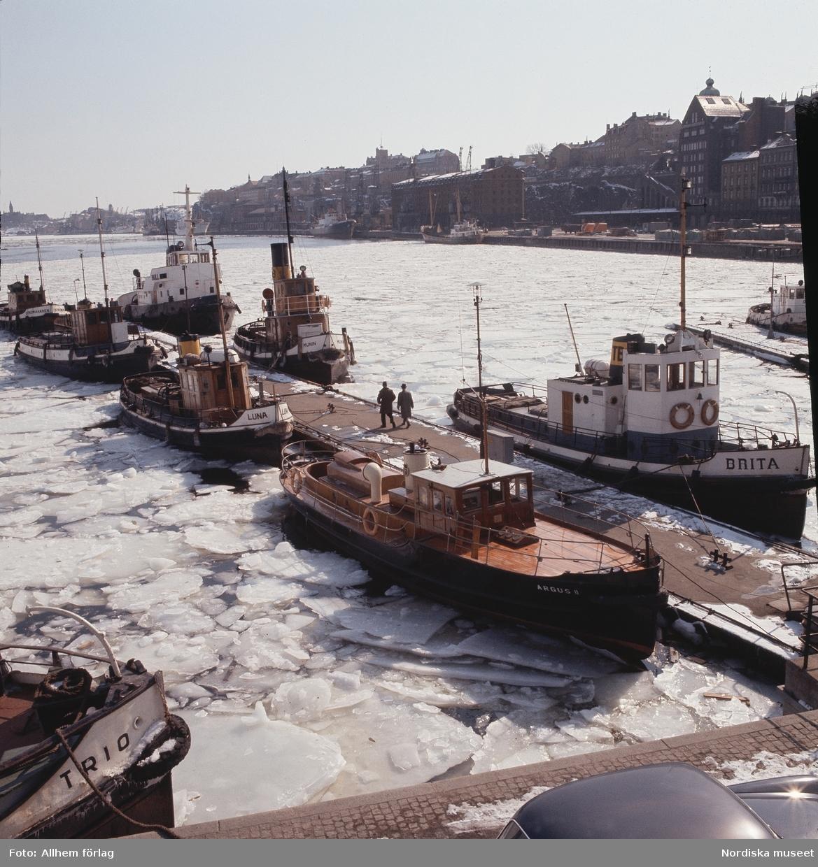 Båtar vid Slussen, Stockholm. Vinter.