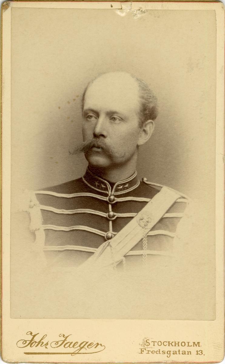 Porträtt av Thorgny de Maré, löjtnant vid Smålands husarregemente K 4.  Se även bild AMA.0021722.