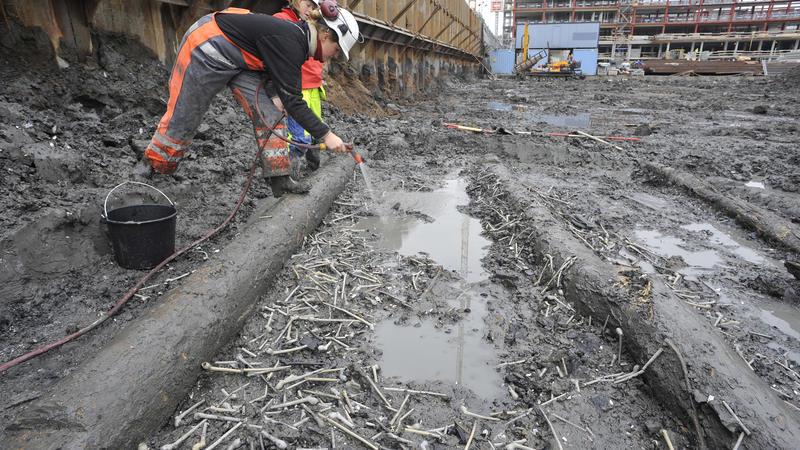Arkeologer fra Norsk Maritimt Museum spyler frem det samlede funnet av over 1000 krittpiper.