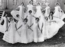 Dansere på Stenbergfesten 1933  Ytterste ring: Ukjent, Liv