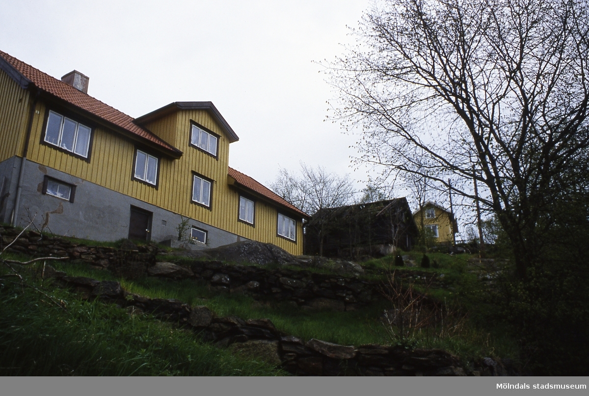 Roten L 10 i Mölndal har brunnit, år 1986. På Kv 2:25 syns även L 11.