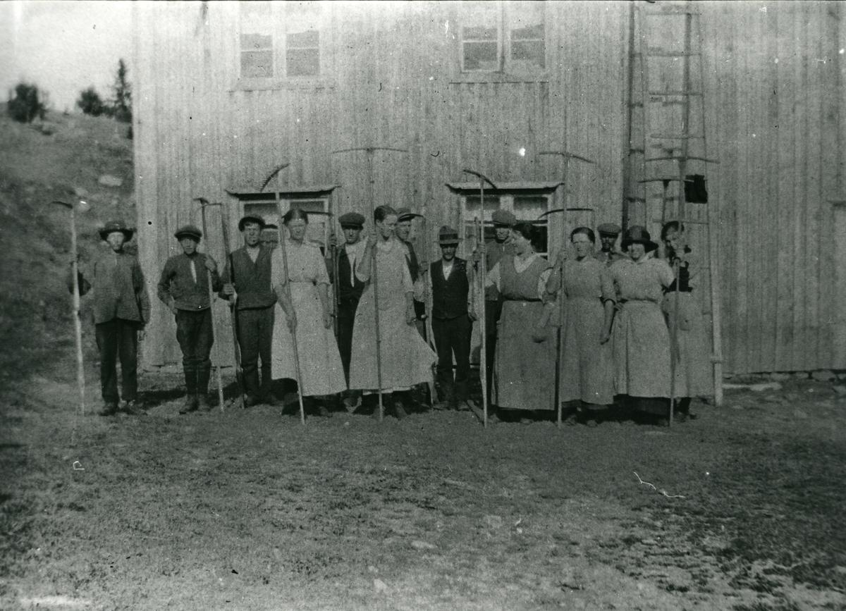 Slåttefolk på Hølersetra, 1920.
