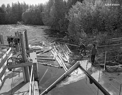 Tømmerfløting ved kraftverksdammen i Kvernfallet i elva Sønd